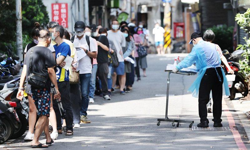 新冠肺炎疫情升溫,全國進入第三級警戒,不少民眾昨天一早至醫院篩檢站排隊等候篩檢。記者潘俊宏/攝影