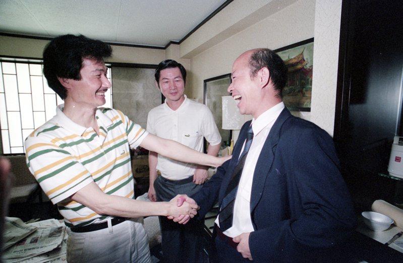 1990年5月21日,剛獲特赦的許信良(右)到房間探問「難友」施明德(左),兩人相見,雙手緊握極為愉快。圖/聯合報系資料照片