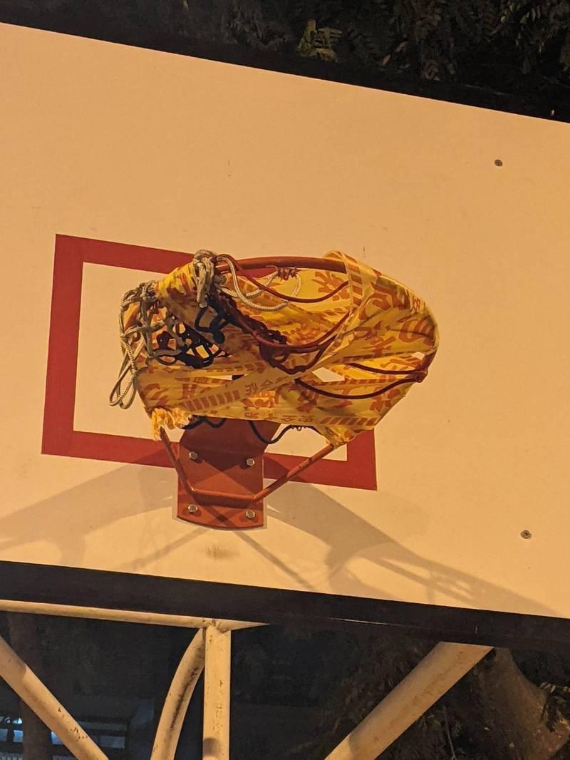 基於防疫,高雄三民公園籃框也封掉。圖/翻攝自議員康裕成臉書