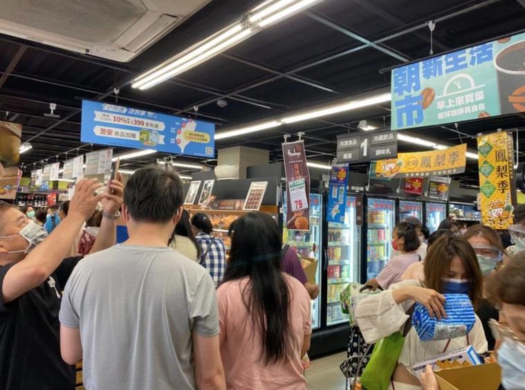 5月15日本土確診案例為180例,是台灣首度出現破百例本土案例,當天各賣場都出現...
