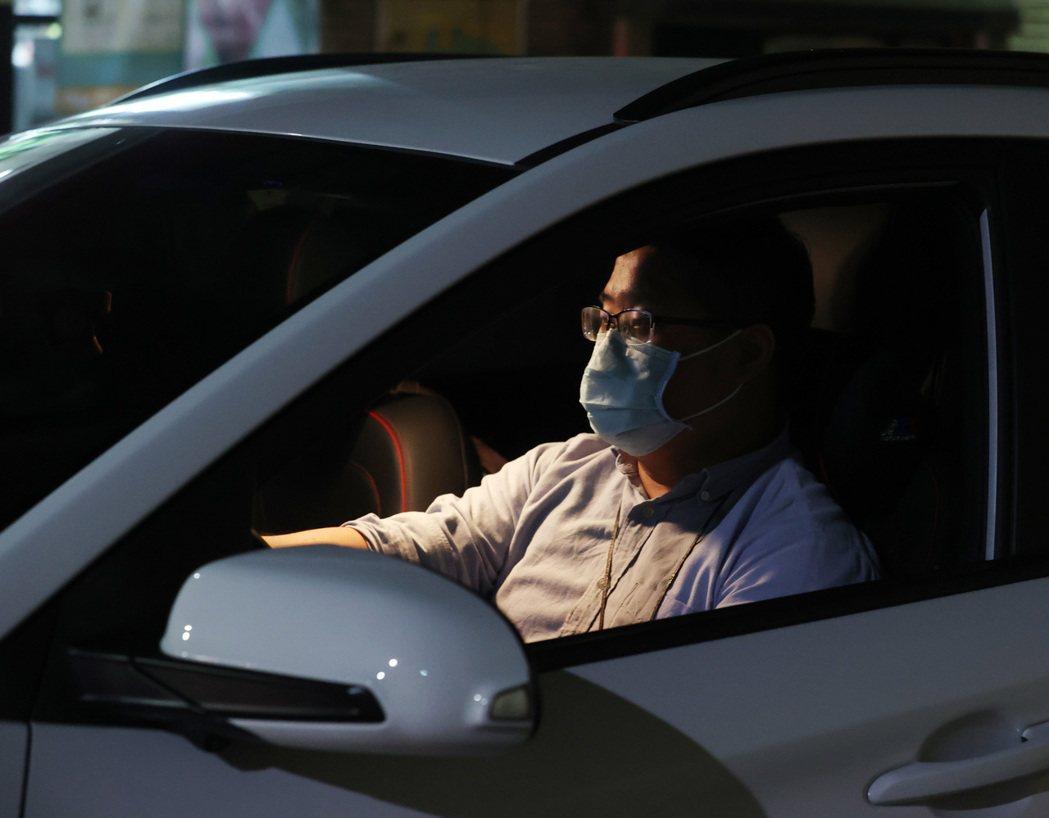疫情升溫,部分縣市表示開車屬於出門在外,應該也要戴口罩,否則將處以新台幣3000...
