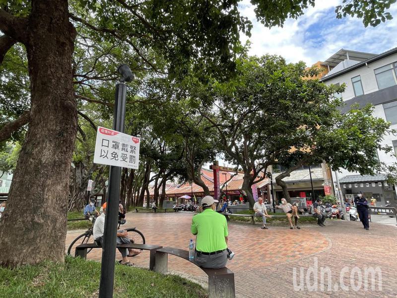 新竹市武昌街的建國公園常有民眾不戴好口罩,警方站崗加強巡邏。記者張裕珍/攝影