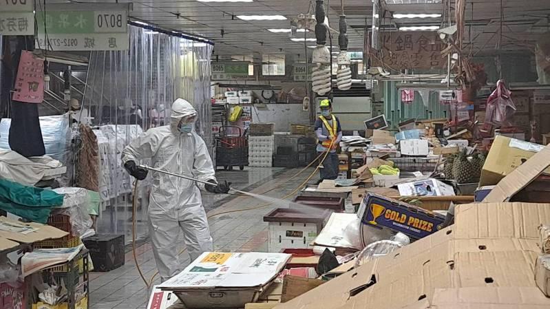 基隆市成功市場昨天大消毒。記者游明煌/翻攝