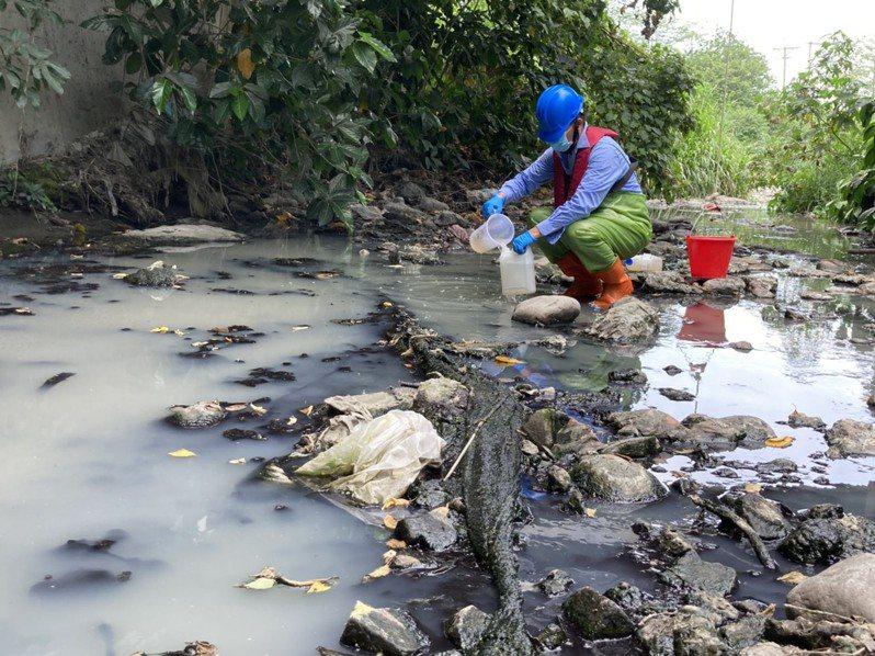 監測人員到溪湖區排採樣,汙泥發出臭味。圖/民眾提供