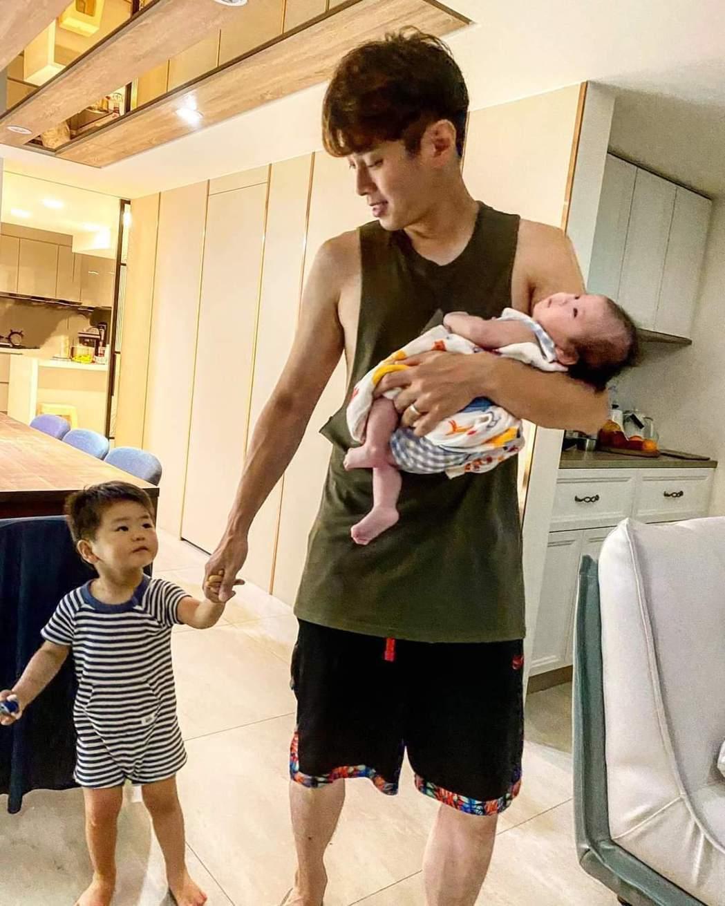 白家綺拍下吳東諺在家遛小孩的奶爸模樣。圖/摘自臉書