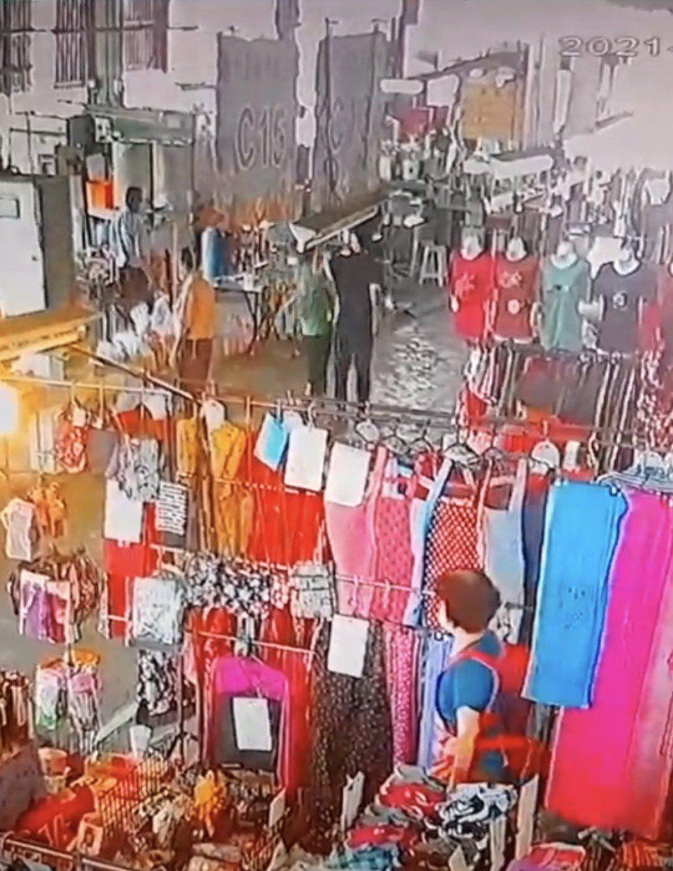 台南市隆田市場發生管理員勸導戴口罩,被一名婦人推打及吐口水。記者吳淑玲/翻攝