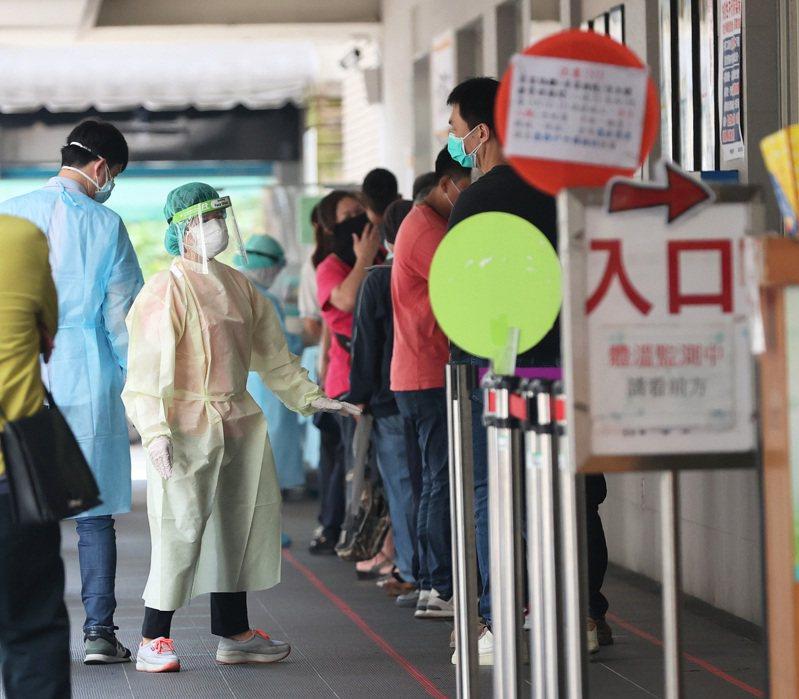 5月19日全國疫情警戒升至第三級,專家指出,到28日除非每天新增病例降至二位數甚至個位數,否則防疫難降級。圖/聯合報系資料照片
