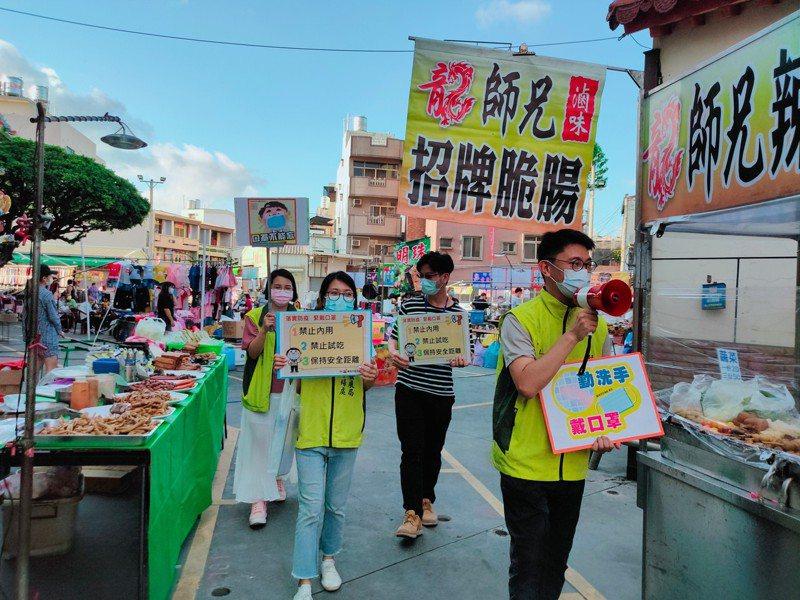 台南市經發局在夜市宣導戴口罩。圖/經發局提供