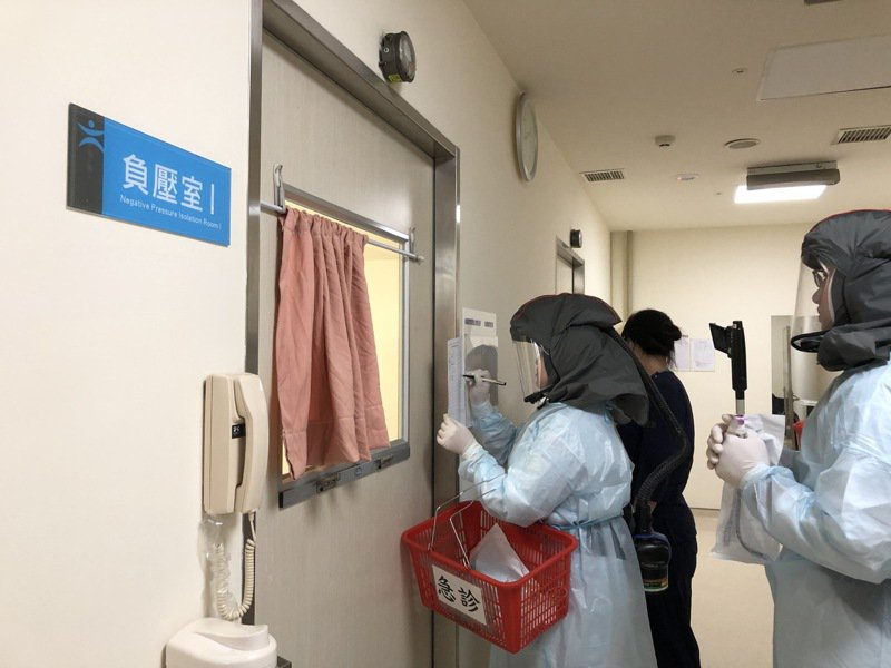 高雄本土病例已達12例,高雄市議會藍綠黨團為了專責病房的數量意見不和。圖/高市民進黨團提供