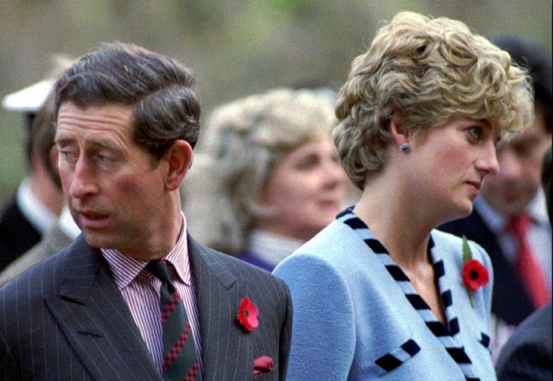 黛安娜王妃(右)當年接受BBC專訪自爆丈夫查爾斯王子(左)婚後出軌,如今BBC內部調查報告承認記者犯下詐欺行為,且嚴重違反BBC的規定。路透