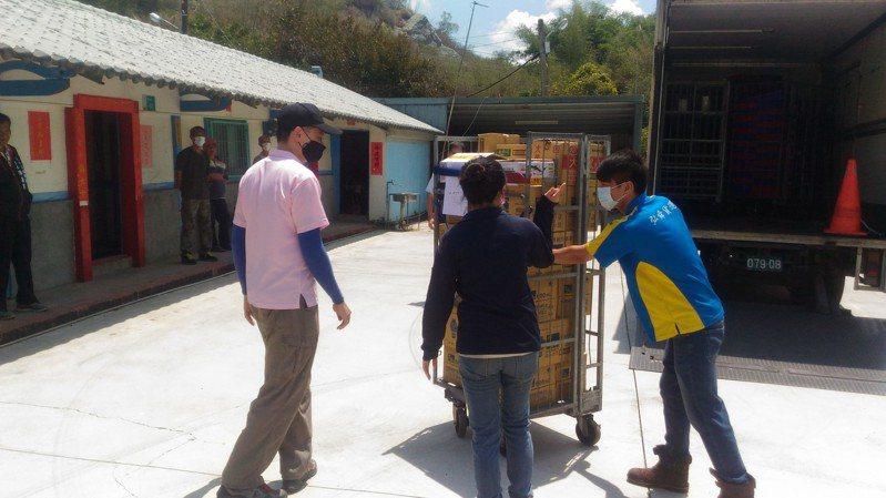 大內區公所與廠商合作,專車運送物資前往部落。圖/區公所提供