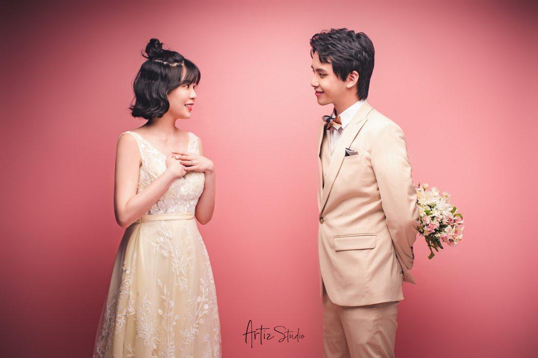 田亞霍(右)曝光婚紗照,老婆當時已懷孕3個月。圖/大鵬經紀提供