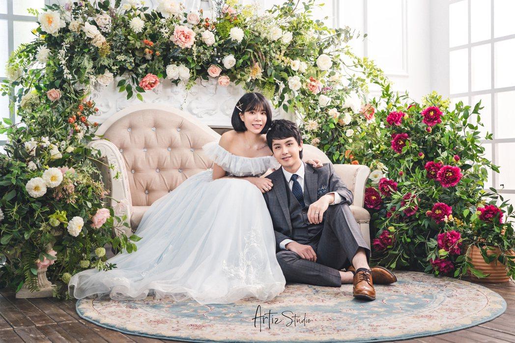 田亞霍(右)曝光婚紗照與新歌,與老婆慶結婚1周年。圖/大鵬經紀提供