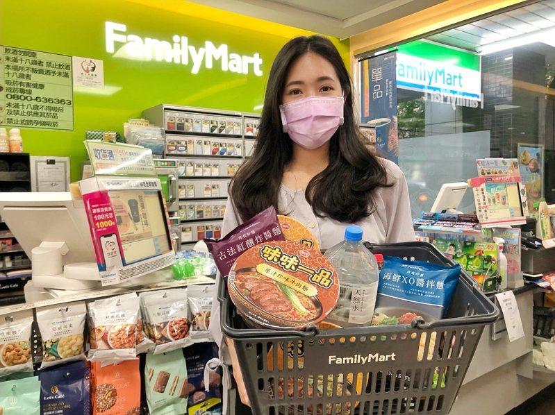 全家便利商店推出4款以鮮乳、泡麵、飲料、罐頭等商品組合的「防疫套餐組」,每款售價499元,約市價7~8折優惠。圖/全家便利商店提供
