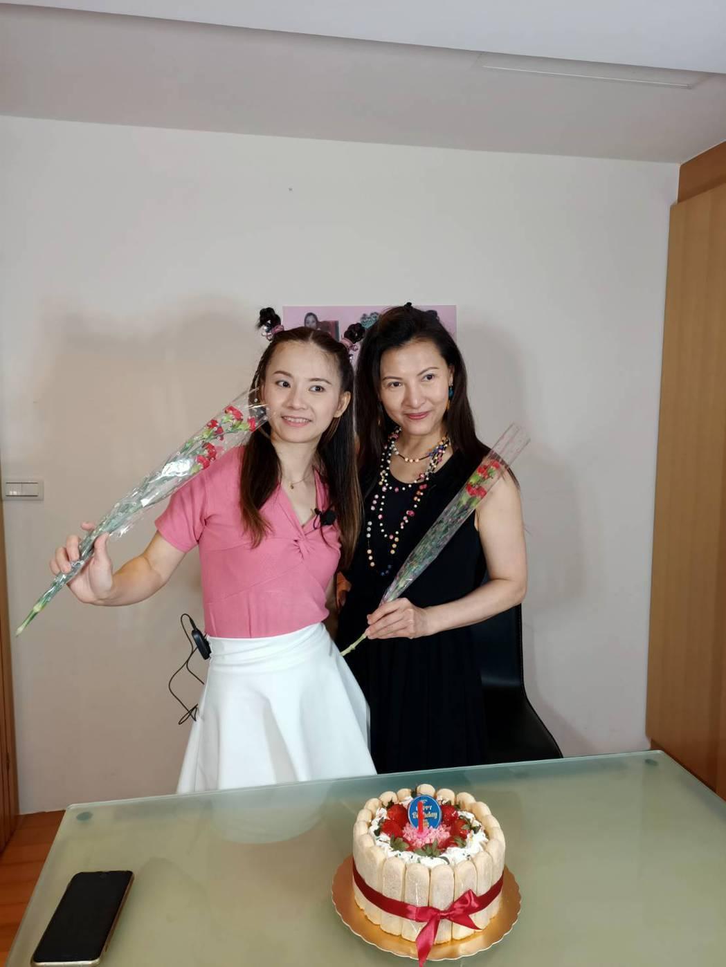 廖麗君(右)日前為陳靜怡慶生。圖/萬鴻經紀提供