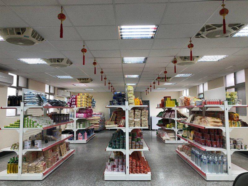 台北市南機場忠勤里里長方荷生所設臻佶祥食物銀行共享園區的食物銀行,媒合各類物資供需,也是備災中心。記者何定照/攝影