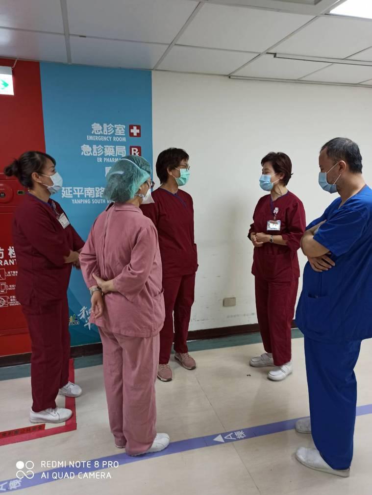 曾任台大醫院護理師的民眾黨立委蔡壁如(中)今前往台北市立和平醫院篩檢站幫忙。圖/...