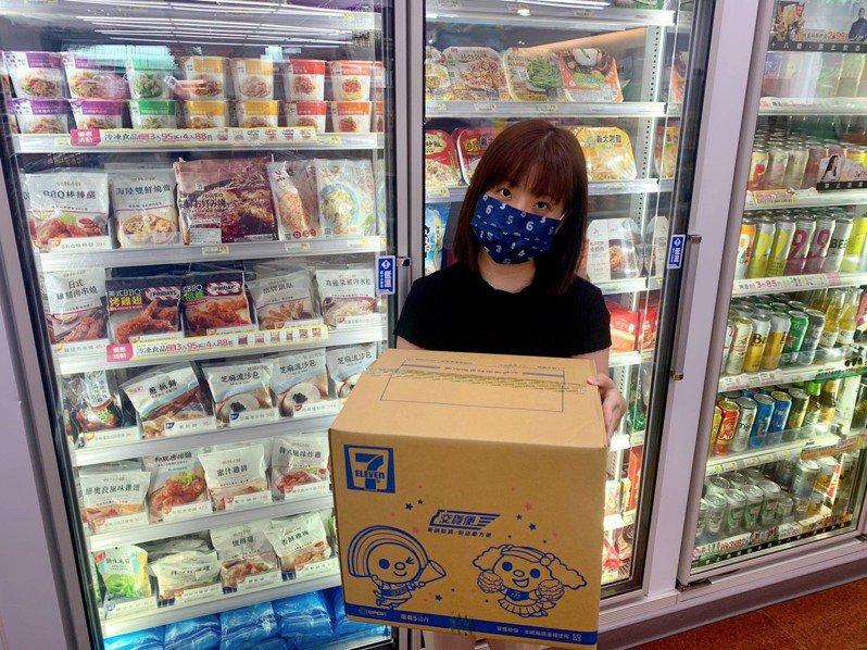 7-ELEVEN「居家應援備糧箱」可於實體門市預購、i預購平台購買,一次購足米、油、麵、罐頭等居家必備食材。圖/7-ELEVEN提供