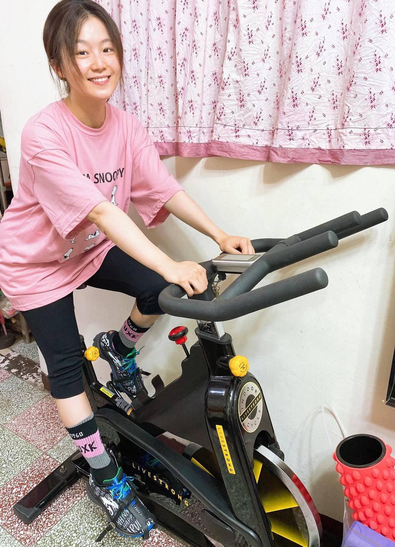 楊小黎家裡原本就有健身車、啞鈴等器材,每天在家勤健身2小時,就怕變胖。圖/楊小黎