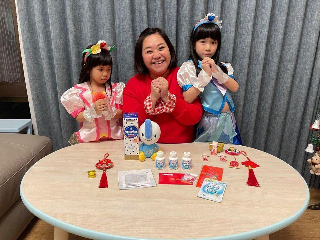 鍾欣凌專心在家防疫,照顧2個女兒,苦笑稱兔寶、二寶常常吵架。圖/摘自臉書
