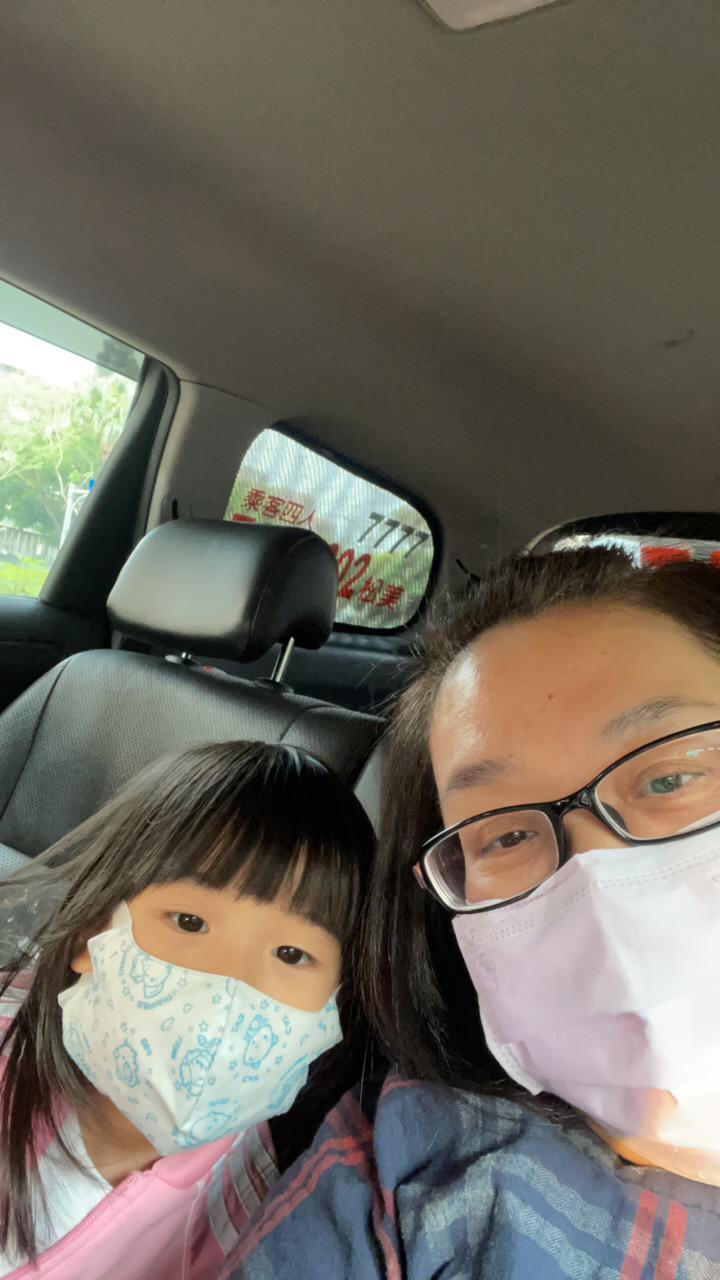 鍾欣凌與女兒出門時堅持要將口罩戴好戴滿。圖/經紀人提供
