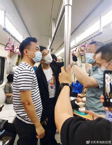 黃曉明搭地鐵,被網友捕捉。圖/天津地鐵運營微博