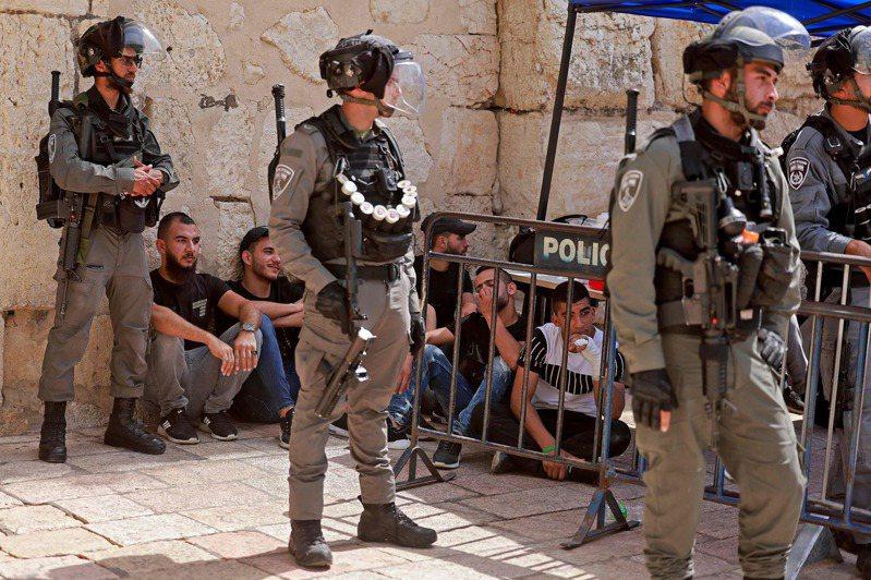 以色列警方和巴勒斯坦民眾廿一日在耶路撒冷舊城聖殿山的阿克薩清真寺爆發衝突,目前未傳出傷亡,也不清楚事發原因。(法新社)