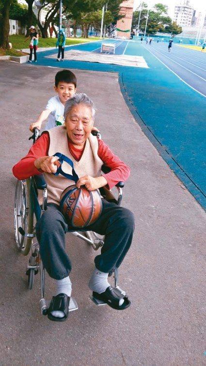 小孫子總愛陪著「欺負」阿公,散步時推著阿公輪椅到處跑,讓阿公哇哇大叫。圖╱盧廷志...