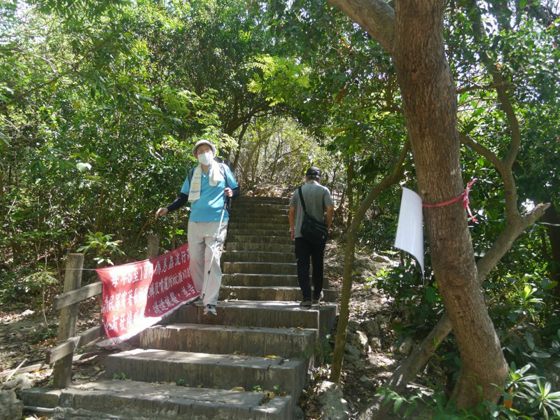 高雄柴山步道仍照常開放,多數山友都很自律,但也有少數人不愛戴口罩爬山。記者徐白櫻/攝影