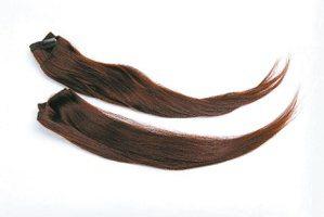 髮片要挑跟自己髮色類似,看起來才不會不自然。本報資料照片