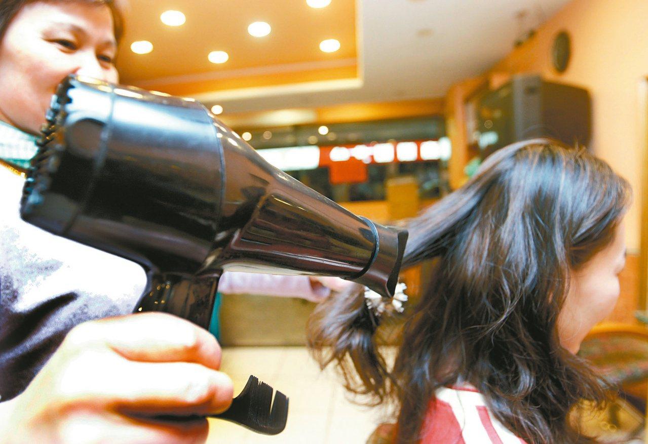 想要讓細軟髮有蓬鬆感,吹風機的溫度很重要。本報資料照片