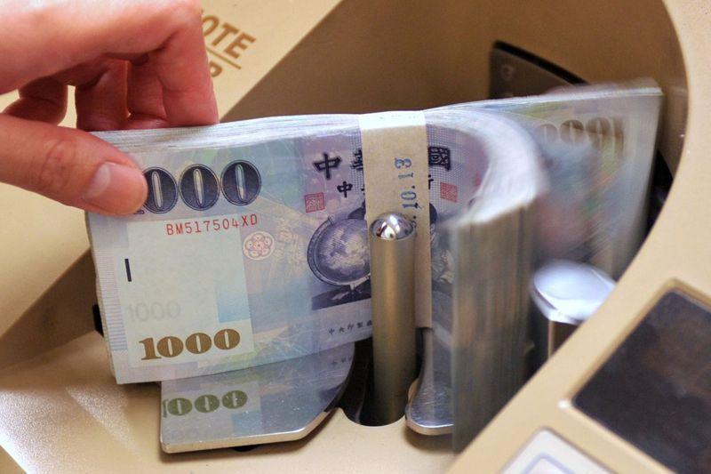 收到薪資扣繳憑單時,記得確認每月提繳金額總額,是否已在扣繳憑單薪資所得總額扣除。 圖/聯合報系資料照片