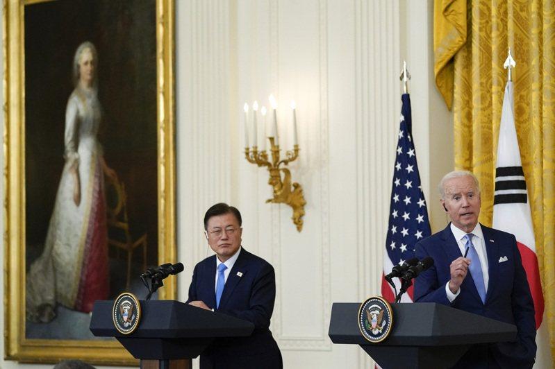 美國總統拜登稱,在與平壤的談判中,將努力「緩解緊張局勢」,實現朝鮮半島無核化。圖為南韓總統文在寅(左)與美國總統拜登(右)。 美聯社