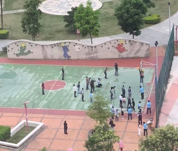 網友表示,拆籃框現場聚集的人數至少30人,有群聚的風險。 圖/PTT
