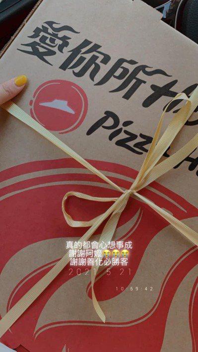 女網友表示阿嬤生前最喜歡吃披薩,於是請店員讓她能在11點取餐前往祭拜,沒想到店員一口氣答應,讓她感到相當感動。 圖/爆怨2公社