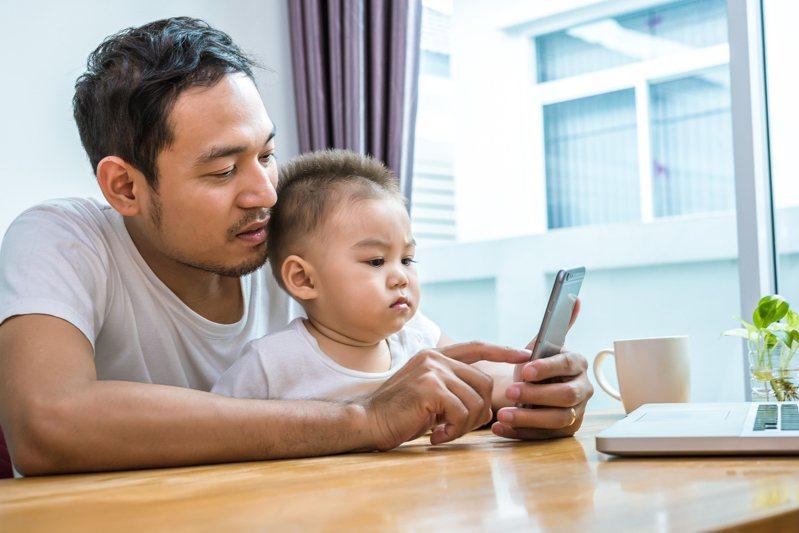 為了提高孩子學習品質,以及減輕家長的負擔,整理出數款大人、小孩都可一起同樂的 App 學習資源。 圖/Ingimage