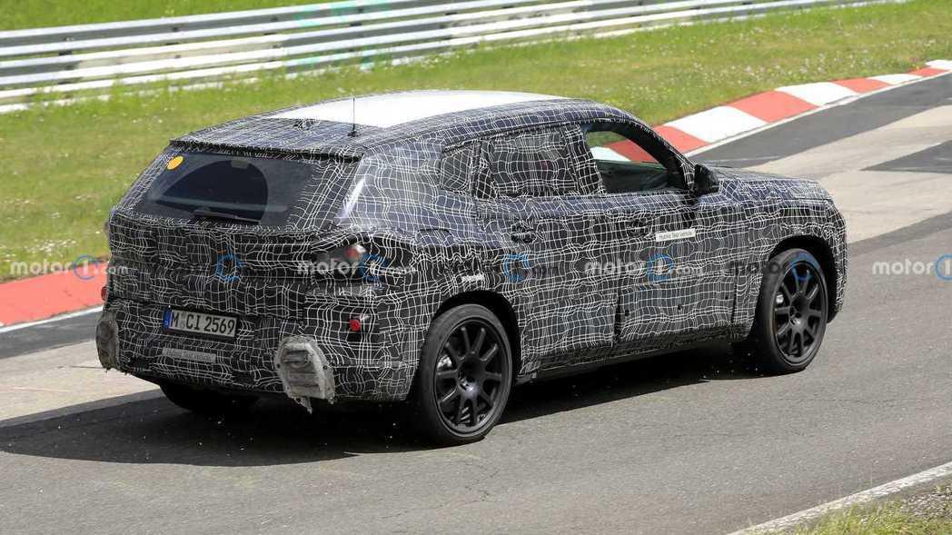 全新BMW X8將搭載複合式動力系統,並且為一輛插電式油電混合動力休旅車。 摘自...