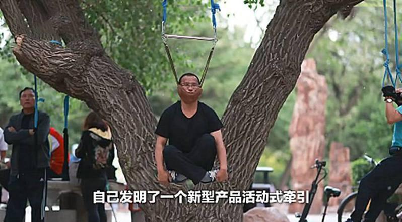 遼寧瀋陽一處公園因一棵大樹上掛滿了「吊脖健身」的大爺大媽們,他們將頭掛在樹上隨繩搖擺,畫面甚為詭異。圖/影片截圖