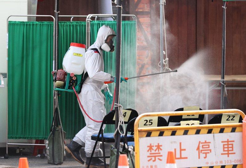 圖為台北市萬華剝皮寮快篩站,消毒人員對內外環境做消毒。聯合報系資料照/記者潘俊宏攝影