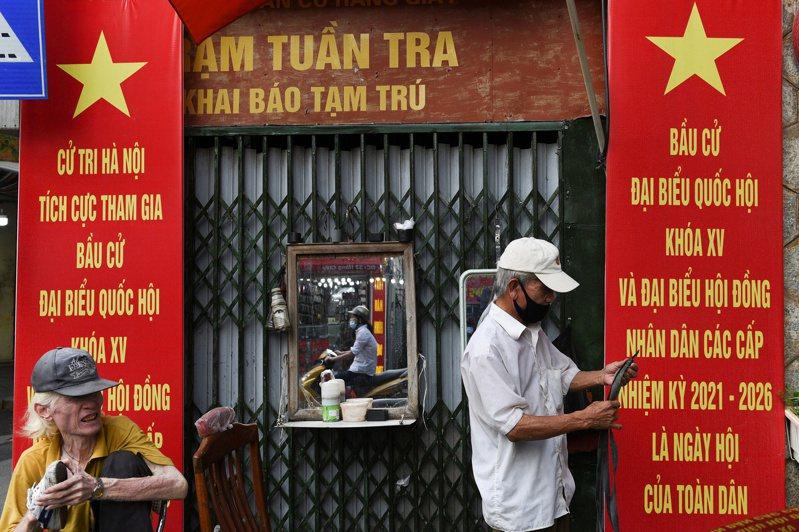 越南本土疫情肆虐,但國會和各級人民議會代表換屆選舉仍如期於明天登場,全國選民共計近7000萬人。有越南民眾決定於「離峰時段」投票,選在最熱大中午出門,盼能避免群聚。 路透社