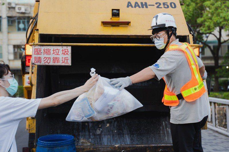 新竹市政府清潔隊員都戴上護目鏡加強防疫。圖/新竹市政府提供