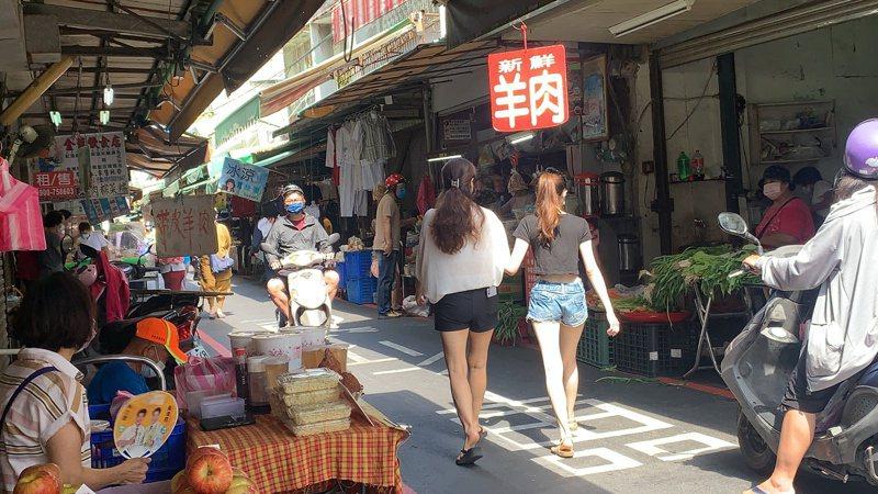 台南新化逛市場人潮也明顯減少。記者吳淑玲/攝影