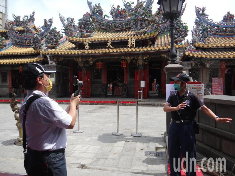 朝天宮邀請文史人士以直播方式介紹朝天宮建築之美和宗教風俗,並與網友問答互動,讓不出門遊客也能感覺與神同在。記者蔡維斌/攝影