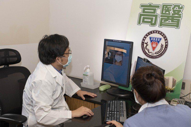 高醫眼科醫師張丞醫啟動視訊門診醫療,為病患看診。圖/高醫提供