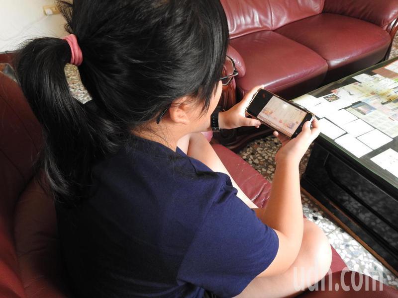 南投縣教育處製作公播版線上直播教學,讓學生可透過手機、電腦觀看教學。本報資料照片