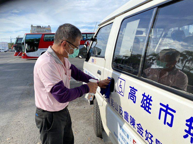 高雄復康巴士駕駛員加強車體消毒。圖/高市交通局提供