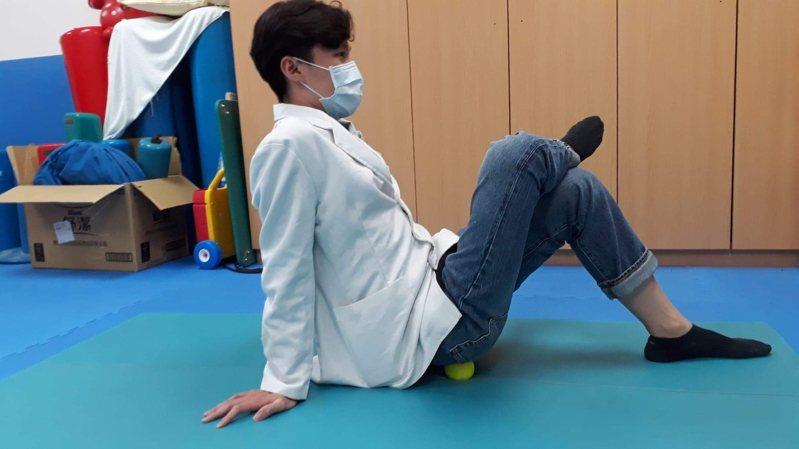 圖一:利用硬式網球,可消除肌肉的激痛點,放鬆梨狀肌。圖/衛福部苗栗醫院提供