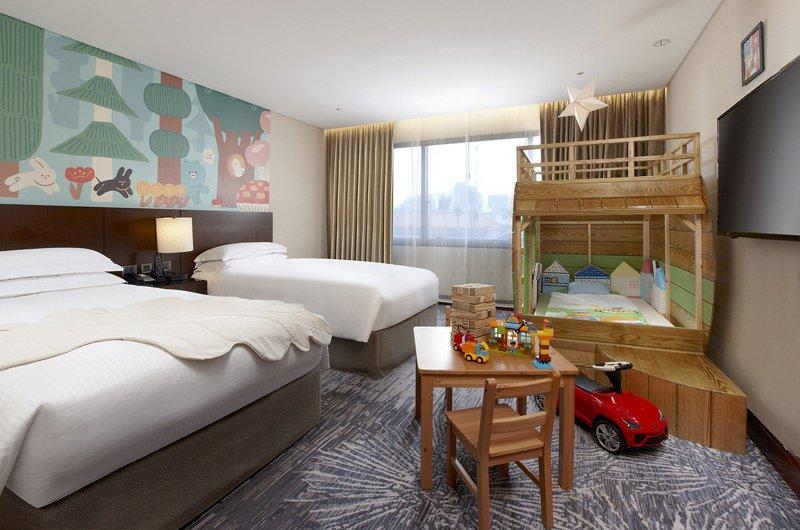 台北喜來登大飯店一改過去國際商務飯店形象,推出親子客房「動物森林」。圖/台北喜來登提供