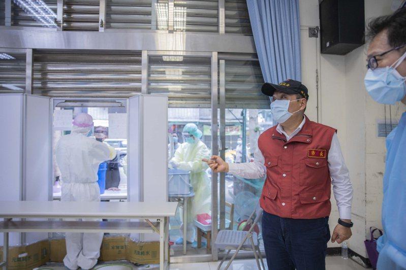 新北昨在中和設立篩檢站,新北市議員張志豪指出,有民眾跟他反應有萬華人跑來中和篩檢。圖/新北新聞局提供