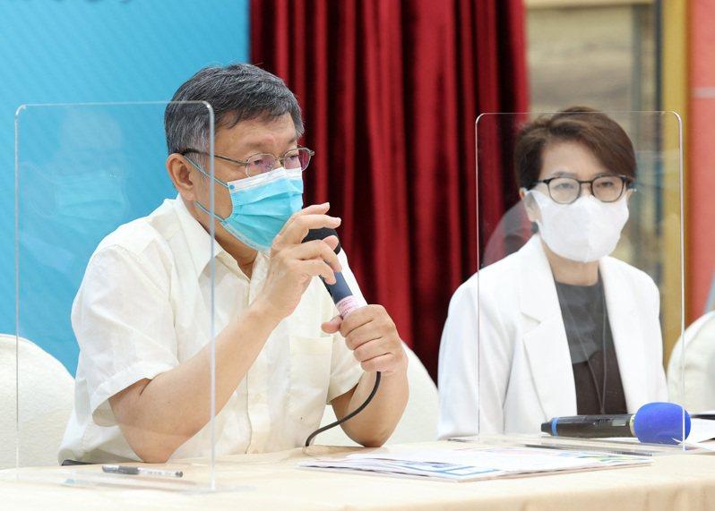 台北市長柯文哲(左)率先啟動快篩後,疫情大爆發全國進入三級警戒。圖/聯合報系資料照片